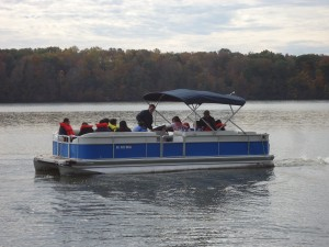 泛舟湖畔 / Boat Riding